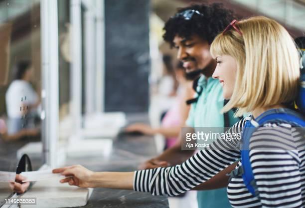 acheter des billets de train. - hygiaphone photos et images de collection