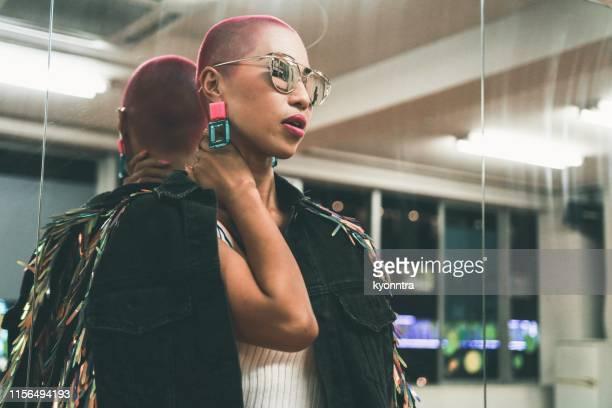 buzz cut woman - capelli rasati foto e immagini stock