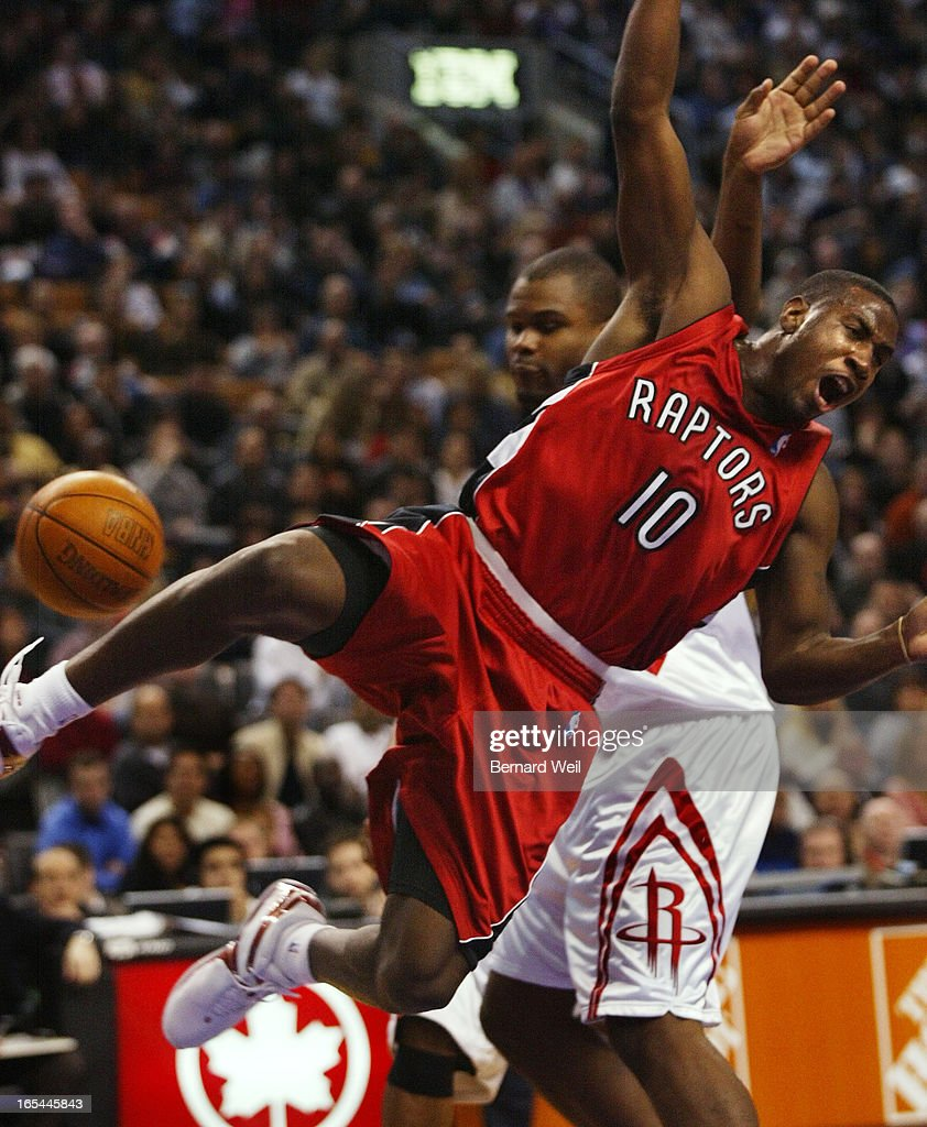 BW03_Raptors_111603--Raptor's Milt Palacio is clothes-lined by Houston's Alton Ford during first hal : News Photo