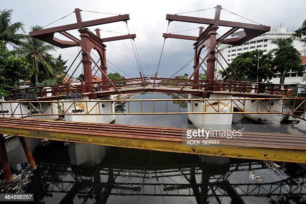 WITH 'INDONESIAHISTORYCONSTRUCTIONTOURISMNETHERLANDS' By Alvin Darnalika Soejarjo The last drawbridge in the Kota Tua formerly called Hoendepasarbrug...