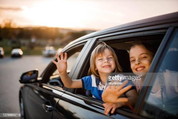 ¡adiós! - saludar con la mano fotografías e imágenes de stock