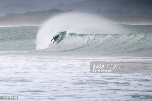 byron bay surfing - bernd schunack stock pictures, royalty-free photos & images