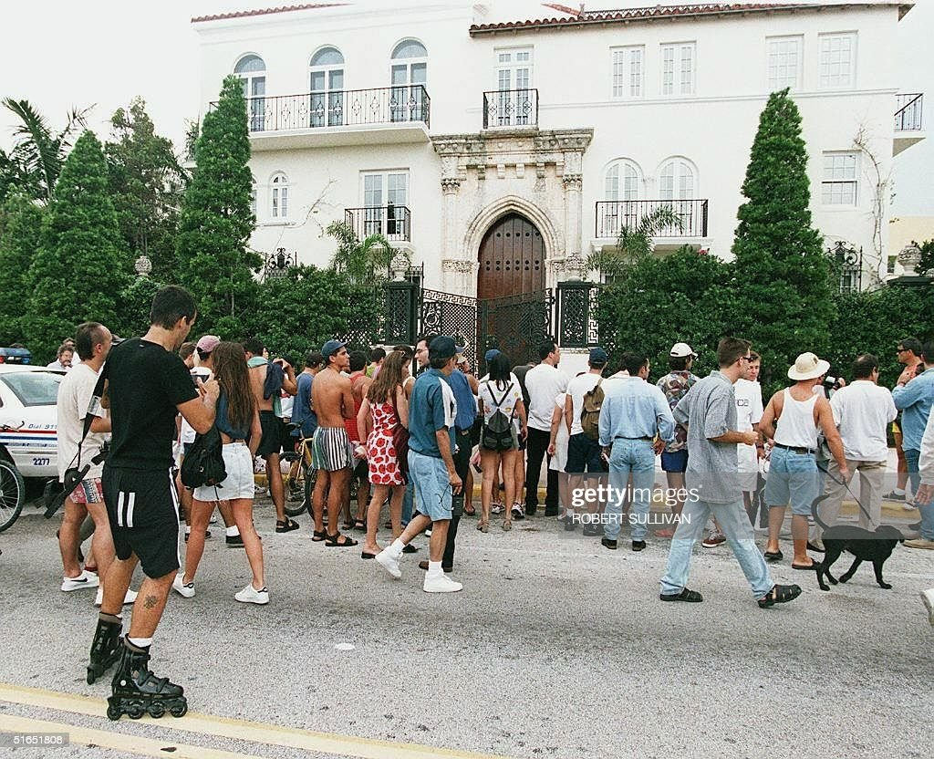 Bystanders crowd in front of the house owned by Italtian fashion designer Gianni Versace where he was shot and killed 15 July on Miami Beach, FL. Versace was shot twice in the head by a gunman on the front stairs of his home on Ocean Drive in the Art Deco District. AFP PHOTO Robert SULLIVAN
