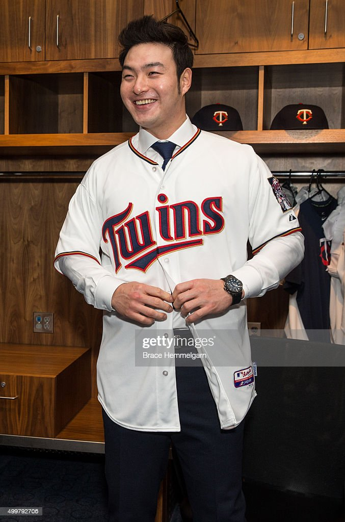 new style 4ef2f efe92 Byung Ho Park of the Minnesota Twins buttons his jersey ...