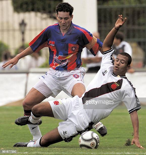 c of Paraguayan club Cerro Porteno struggles for the ball with Leo Lima of Brazilian club Vasco da Gama 17 October 2001 during their Mercosur Cup...