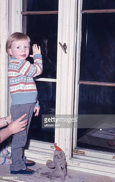 GER ca 1950 Kind beim Spielen Mutter hält ihren Sohn am Fenster