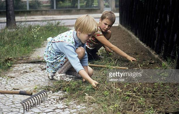 GER ca 1950 Kinder bei der Gartenarbeit