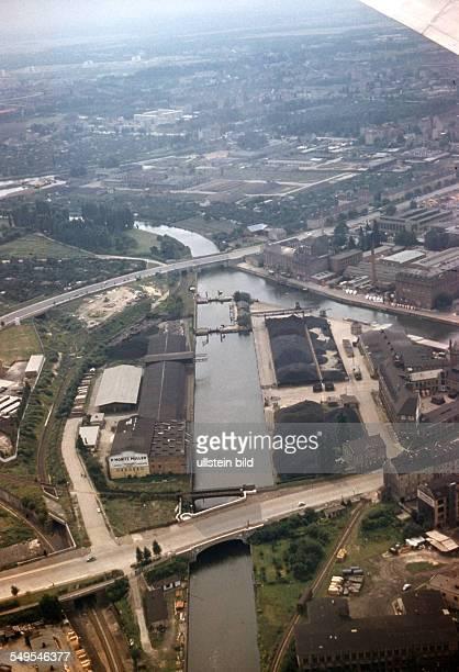 Ca. 1958, Berlin / Luftaufnahme, Teltow Kanal, mit Fabrikanlagen, Kohlelagerung, Schleuse Neukölln zwischen Ober- und Unterhafen