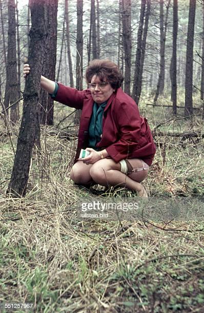 GER ca 1958 Frau im Wald beim Pinkeln