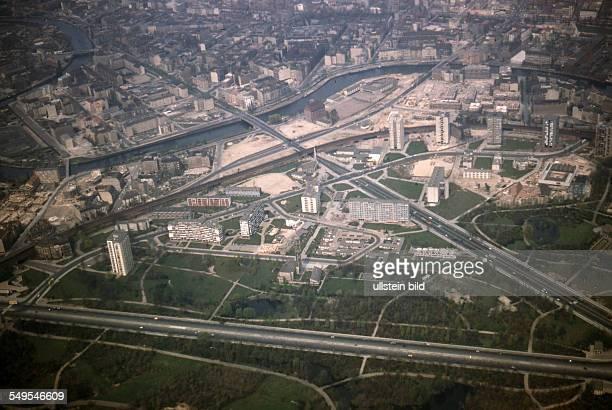 GER ca 1960 Berlin / Luftaufnahme Hansaviertel Wohnungsbau diagonal die Altonaer Strasse Levetzowsrasse unten Strasse des 17 juni im Hintergrund die...