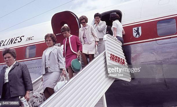 GER ca 1960 Flughafen Passagiere verlassen das Flugzeug über eine Gangway