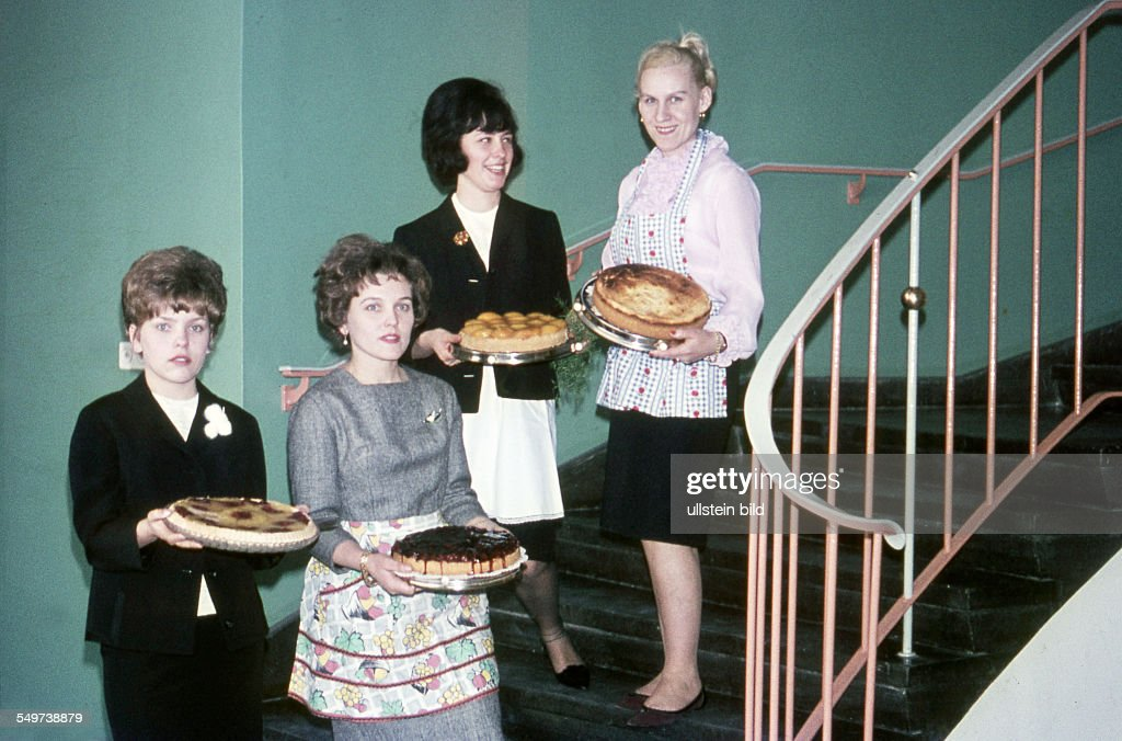 Ger Ca 1960 Frauen Mit Kuchen News Photo Getty Images