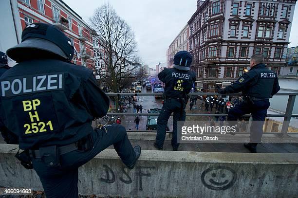 CONTENT] Ca 8000 Menschen wollten am Samstag den 21 Dezember 2013 in Hamburg fuer den Erhalt des Veranstaltungszentrum Rote Flora demonstrieren Die...