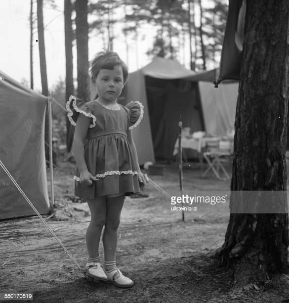DDR ca Mädchen auf dem Campingplatz