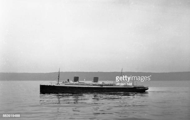 GER ca1920 Schiff Modellschiff eines Passagierschiffes mit einem jungen Mann an Bord