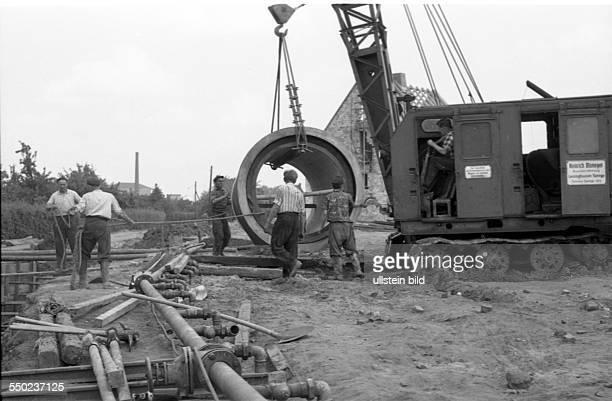 GER ca1954 Bauarbeiter Tiefbau Leitungsverlegung Abwasserrohre