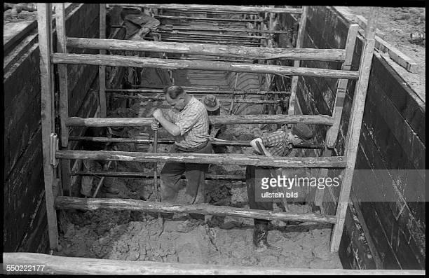 GER ca1954 Bauarbeiter Tiefbau Leitungsverlegung