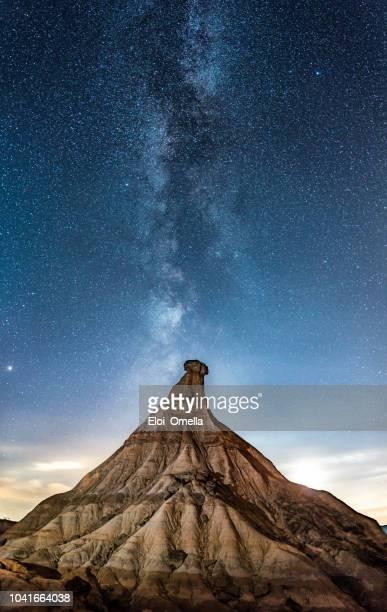 Cabezo de Castildetierra en Las Bardenas reales del desierto en la noche con la vía Láctea