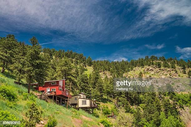 Cabin houses on Flatiron mountains
