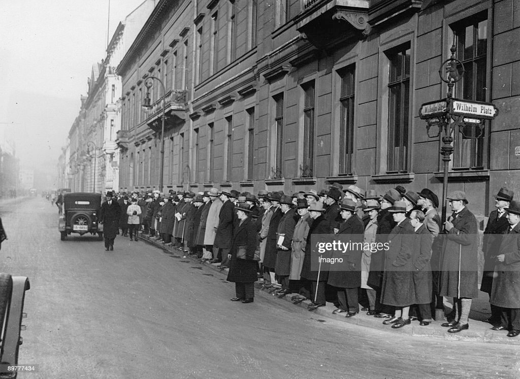 Cabinet crisis, Weimar Republic. People are waiting in front of the Chancellery of the Reich, where the Reich President lives. Photograph. 1932. : News Photo