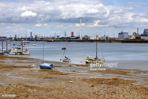 cable car across the thames - low tide stock pictures, royalty-free photos & images