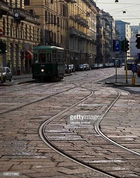 Tram sulla strada di ciottoli, Milano. Immagine a colori
