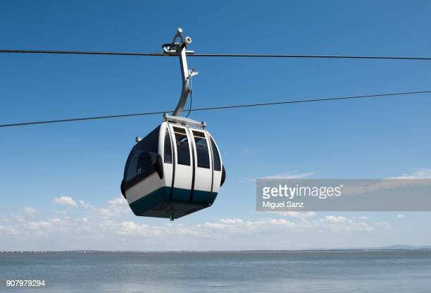 cable car on the river tagus in park of nations, lisbon - elevator bridge stockfoto's en -beelden
