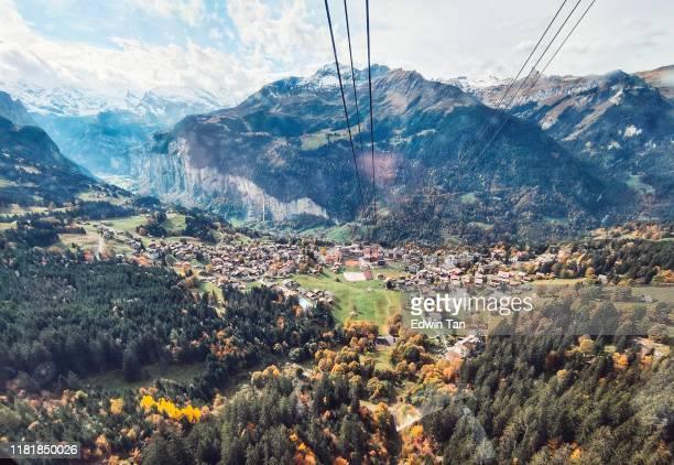 opinião do teleférico de mannlichen a wengen switzerland - lauterbrunnen - fotografias e filmes do acervo