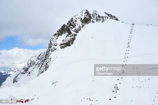 cableway in caucasus mountains - cliqueimages stockfoto's en -beelden