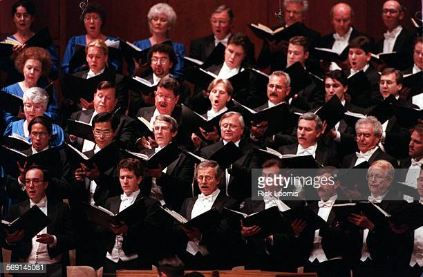 Chorale.sing.0420.RL–Garden Grove–Members of the William Hall Master Chorale sing during a performance Sunday evening at the Crystal Cathedral in...