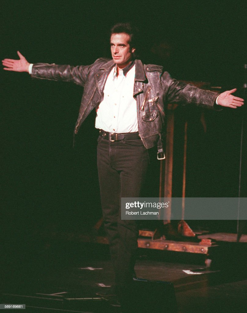 CA.Copperfield/Hands.RDL (kodak) Magician David Copperfield acknowledges the audience after his firs : News Photo