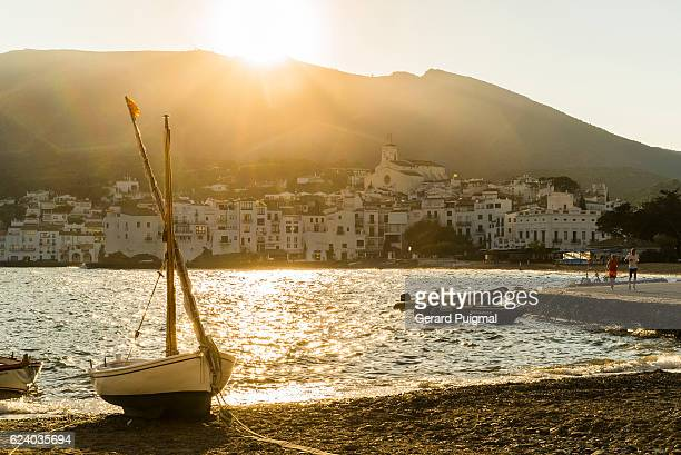 cadaqués in the costa brava (catalonia) under golden rays of sun in the evening on summertime - pueblo fotografías e imágenes de stock