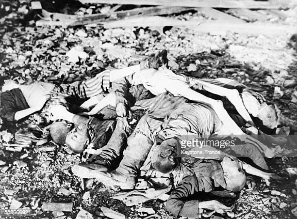 Cadavres dans un camp de concentration.