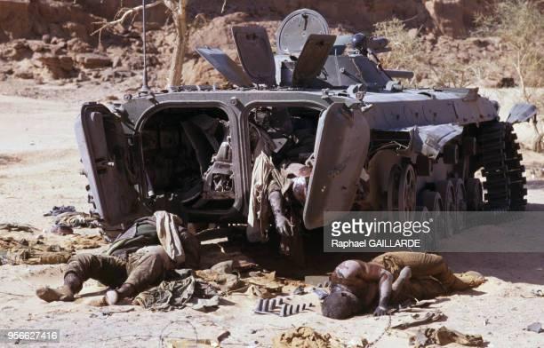 Cadavres près d'un blindé après la bataille de Fada pendant la guerre entre la Libye et le Tchad le 10 janvier 1987 au Tchad