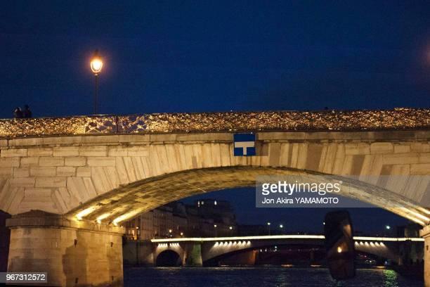 Cadenas d'amour sur le Pont de l'Archevêché la nuit Paris France