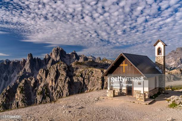 cadini di misurina, dolomite alps, italy, europa - kirche stock pictures, royalty-free photos & images