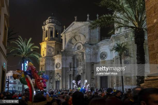 cadiz cathedral, full of people.  at the carnival party.  february 2020. andalucia.  spain - fiesta al aire libre fotografías e imágenes de stock