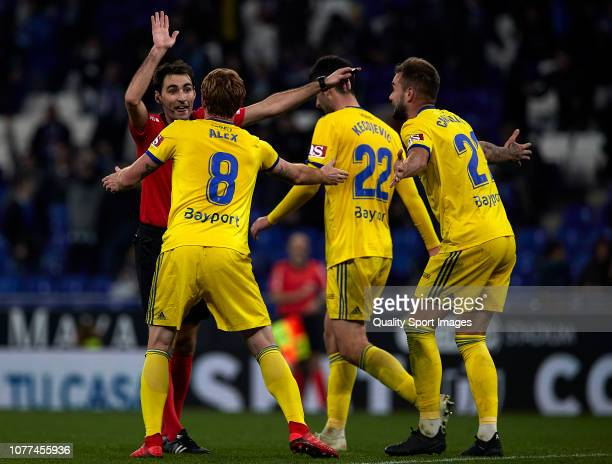 Cadiz CF players protest a disallowed goal during the Copa del Rey match between RCD Espanyol and Cadiz FC at RCDE Stadium on December 04 2018 in...