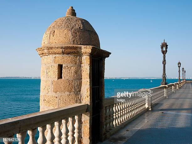 Cádiz pasaje peatonal frente al mar, Andalucía, España
