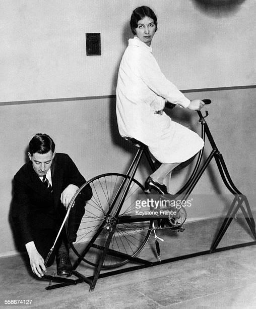 Cadre de bicyclette appelé 'Ergomètre' et muni sous la roue d'un dispositif permettant de mesurer la force en CV de la personne qui pédale à Londres...