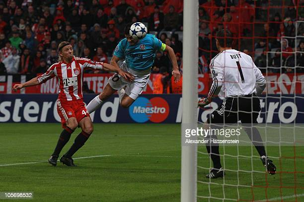 Cadu of Cluj scores the opening goal whilst Anatoliy Tymoshchuk of Bayern Muenchen and his keeper HansJoerg Butt looks on during the UEFA Champions...