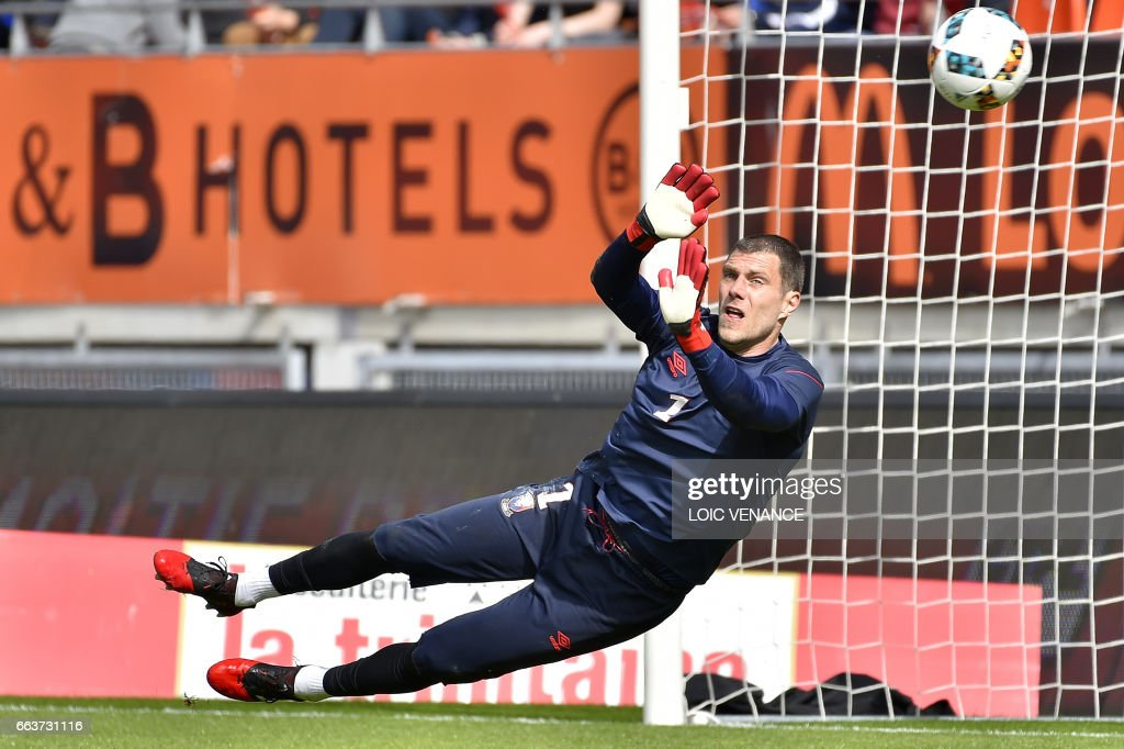 Caen's French goalkeeper Remy Vercoutre warms up prior to the French L1 football match between Lorient and Caen on April 2, 2017 at the Moustoir stadium in Lorient, western France. /