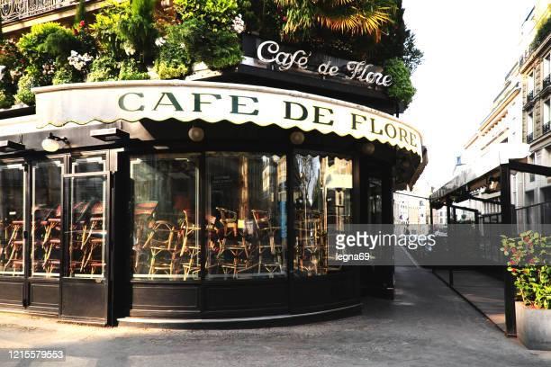 パリのカフェ・ド・フローレは閉鎖され、ヨーロッパで2020年にコロナウイルスの流行の間に通りは空です - サンジェルマンデプレ ストックフォトと画像