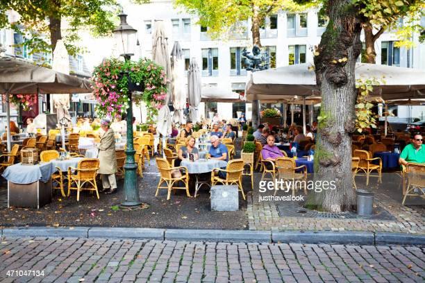カフェビストロ」で、休憩 onze lieve vrouweplein にマーストリヒト - マーストリヒト ストックフォトと画像