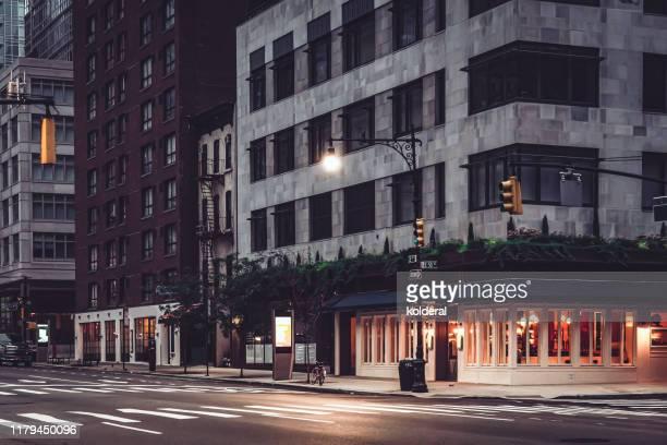 cafe at dusk, midtown manhattan - calle principal calle fotografías e imágenes de stock