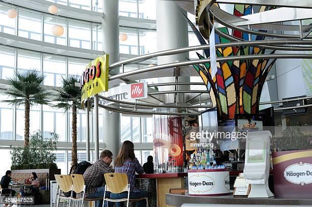 café en el aeropuerto internacional de miami - aeropuerto internacional de miami fotografías e imágenes de stock