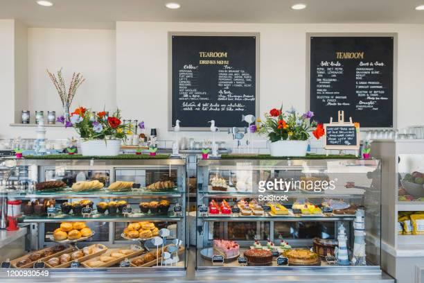 ケーキやデザートを入れたカフェカウンター - パン屋 ストックフォトと画像