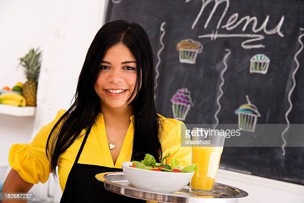 カフェの従業員を立つ&オレンジジュース、サラダ