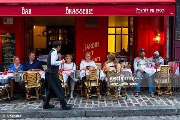 モンマルトルのカフェ - ブラッスリー ストックフォトと画像