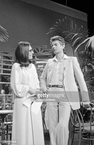 Cafe in Takt, Fernsehserie, Deutschland 1978 - 1984, Gaststar: Nana Mouskouri mit Moderator Peter Horton.